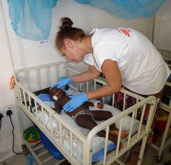 Here I visit my little malaria patient, Ramatu, in the hospital. © MSF