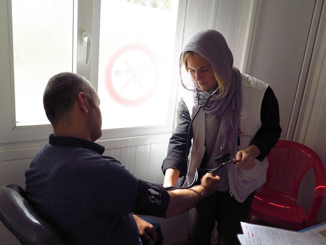 Anna treating a patient in an MSF clinic in northern Iraq. Photo: Anna Blideman