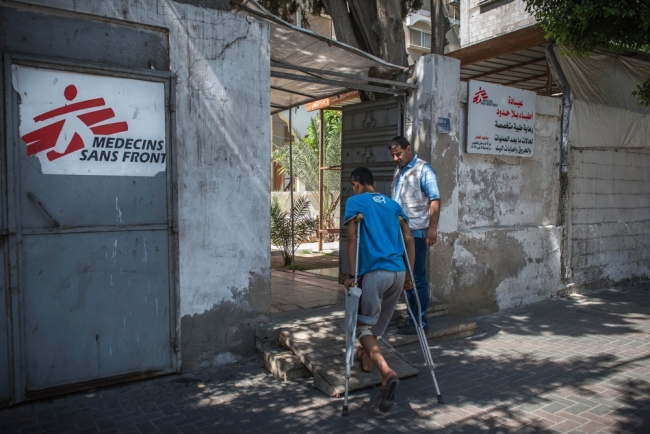 A man enters MSF's post-operative clinic in Gaza. © Yann Libessart/MSF