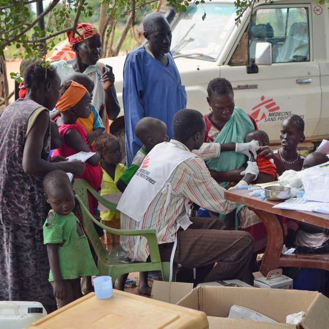 MSF mobile clinic team is vaccinating children in a remote area of northern Bahr el Ghazal, South Sudan, October 2014 ©Mathieu Fortoul/MSF