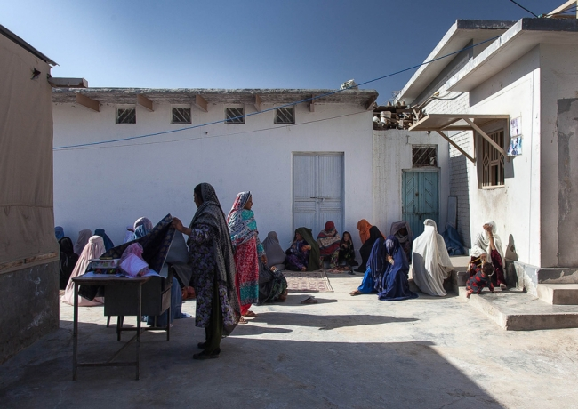 Photo of women waiting outside an MSF clinic in Chaman, Pakistan