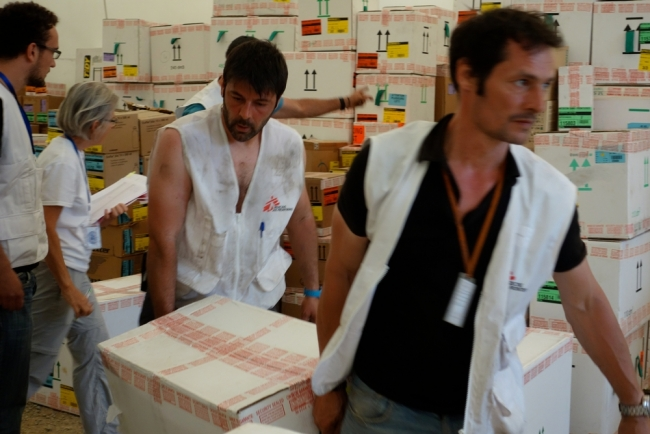 MSF teams working on supplies © MSF
