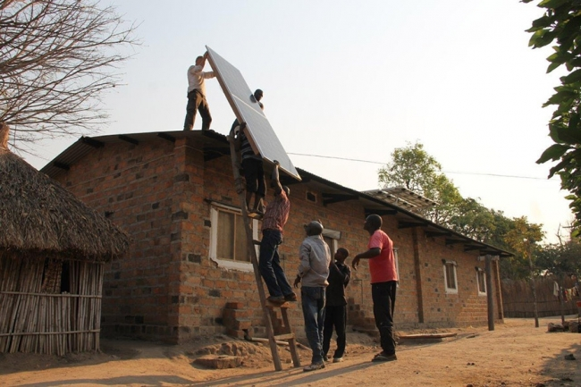 Per-Erik and the team start the installations of the solar panels