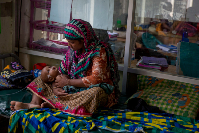 Image shows a Rohingya woman and her baby at the MSF / Doctors without Borders clinic in Kutapalong, Bangladesh