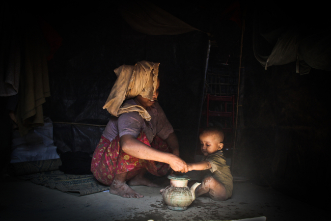 A mother and young child in Kutupalong refugee camp. Photo: Sara Creta/MSF