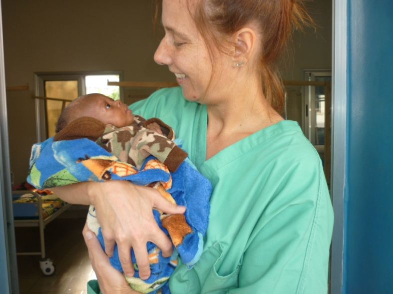 Daniela with one of the babies on the ward for malnourished children