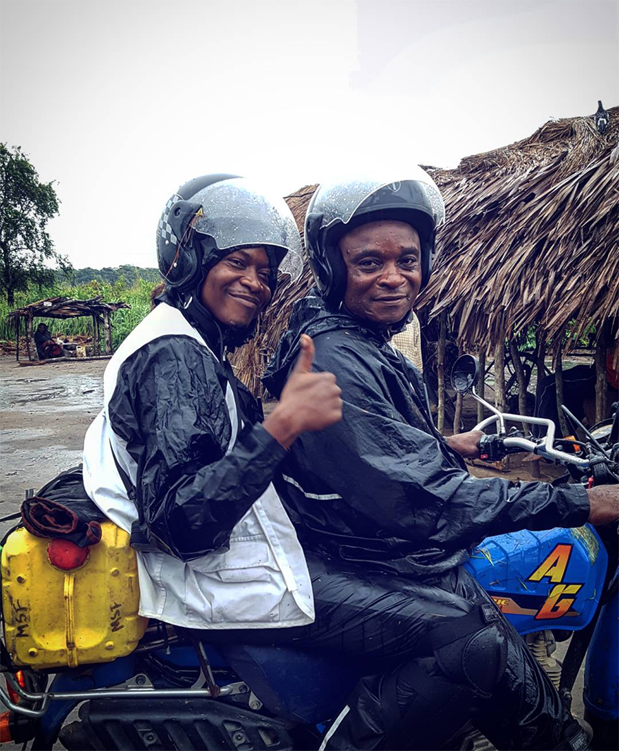 MSF staff on the way to a rainy HAT screening in DRC