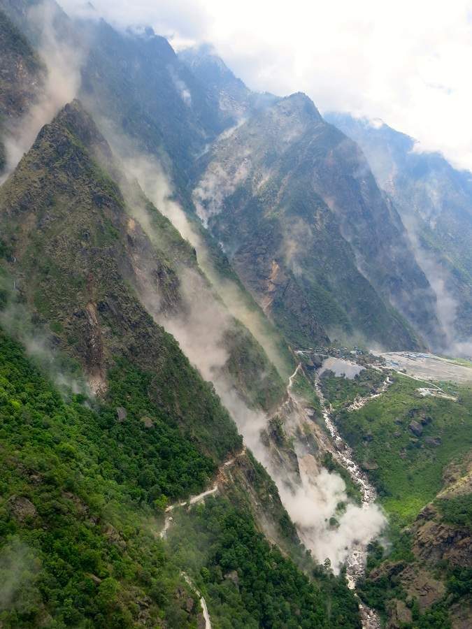 Watching the earthquake and landslide from the helicopter © Emma Pedley MSF Nepal