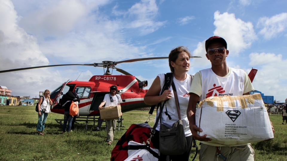 MSF staff in Guiuan unloads supplies from a helicopter coming from Cebu.