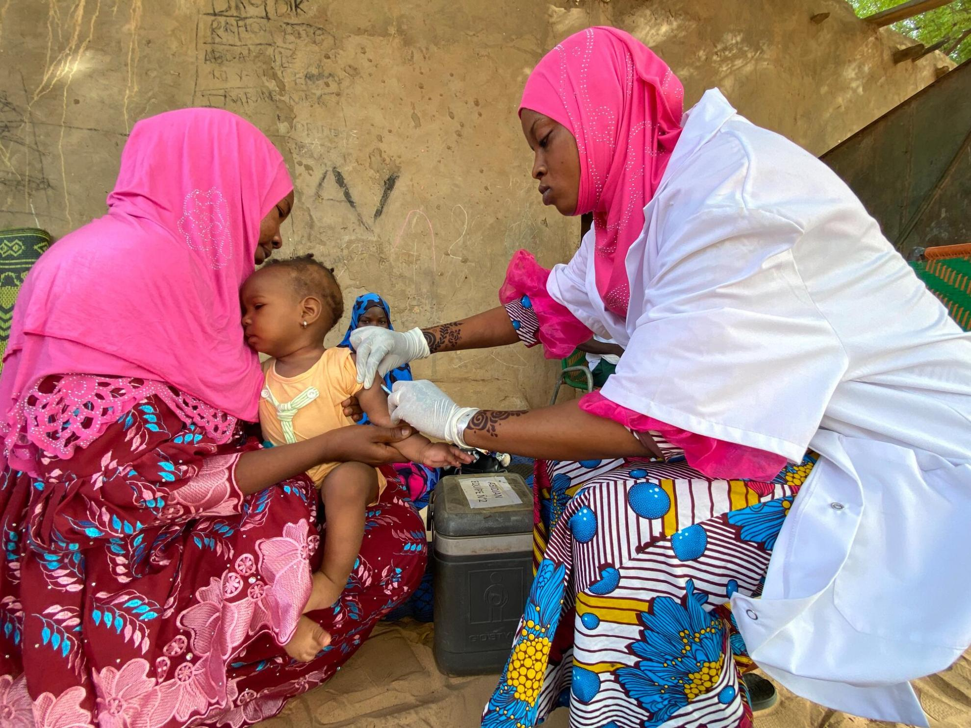 MSF medic Haoua Diabrili vaccinating a child against measles in Niamey, Niger