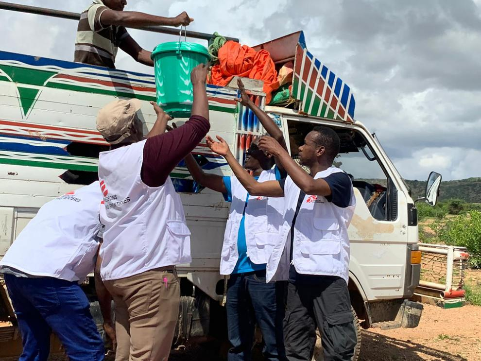 MSF staff distribute aid to people displaced by the Somalia floods