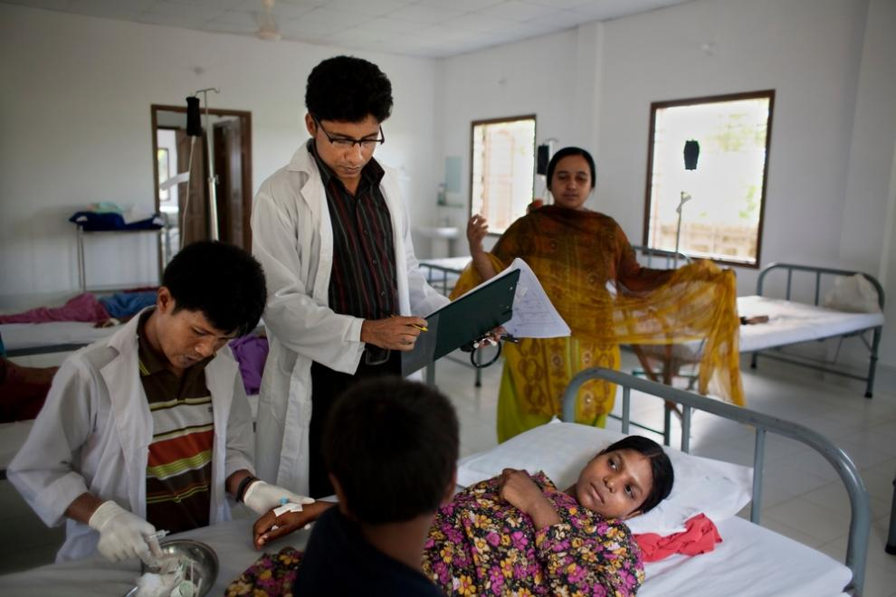 A doctor and nurse examine a female patient in MSF's kala azar clinic.