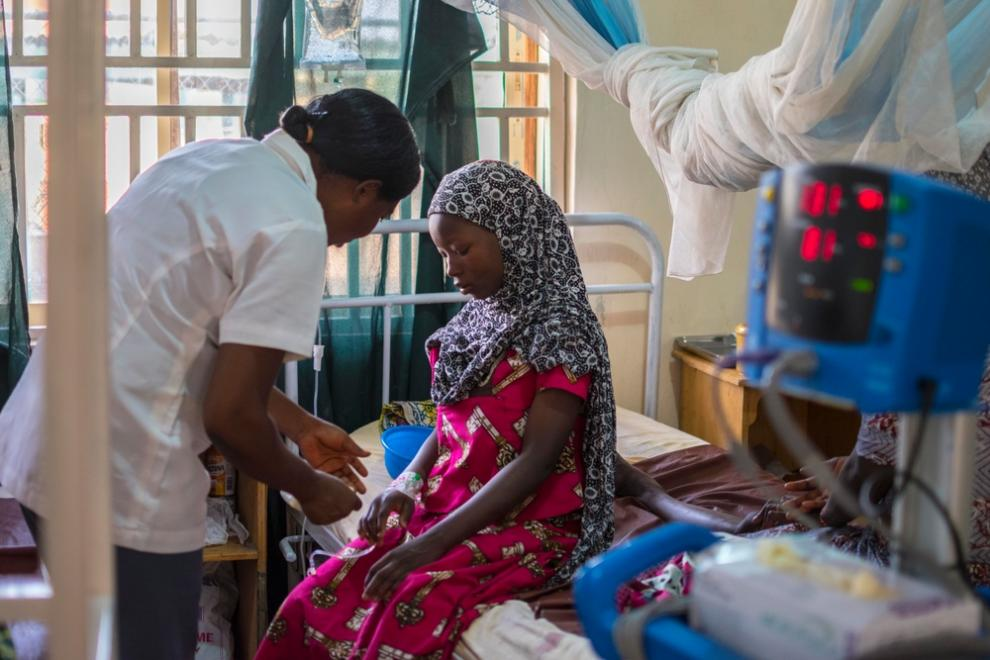 A young mother is treated by an MSF doctor at Jahun
