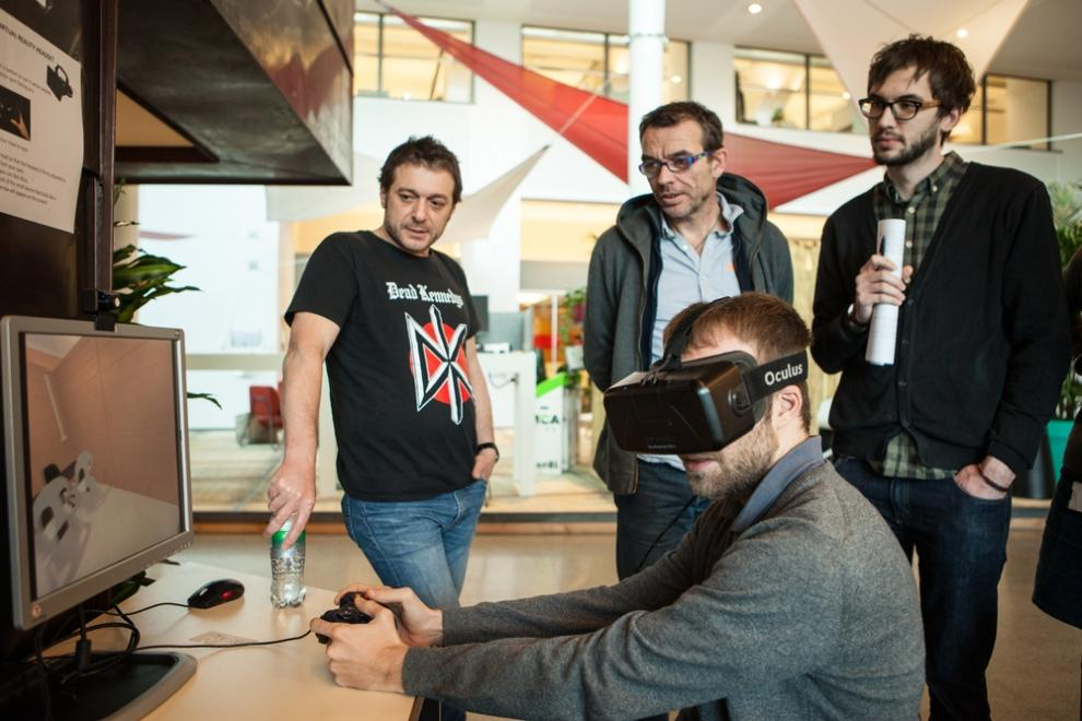 An MSF staff member tries the virtual reality experience of Cantahay hospital.
