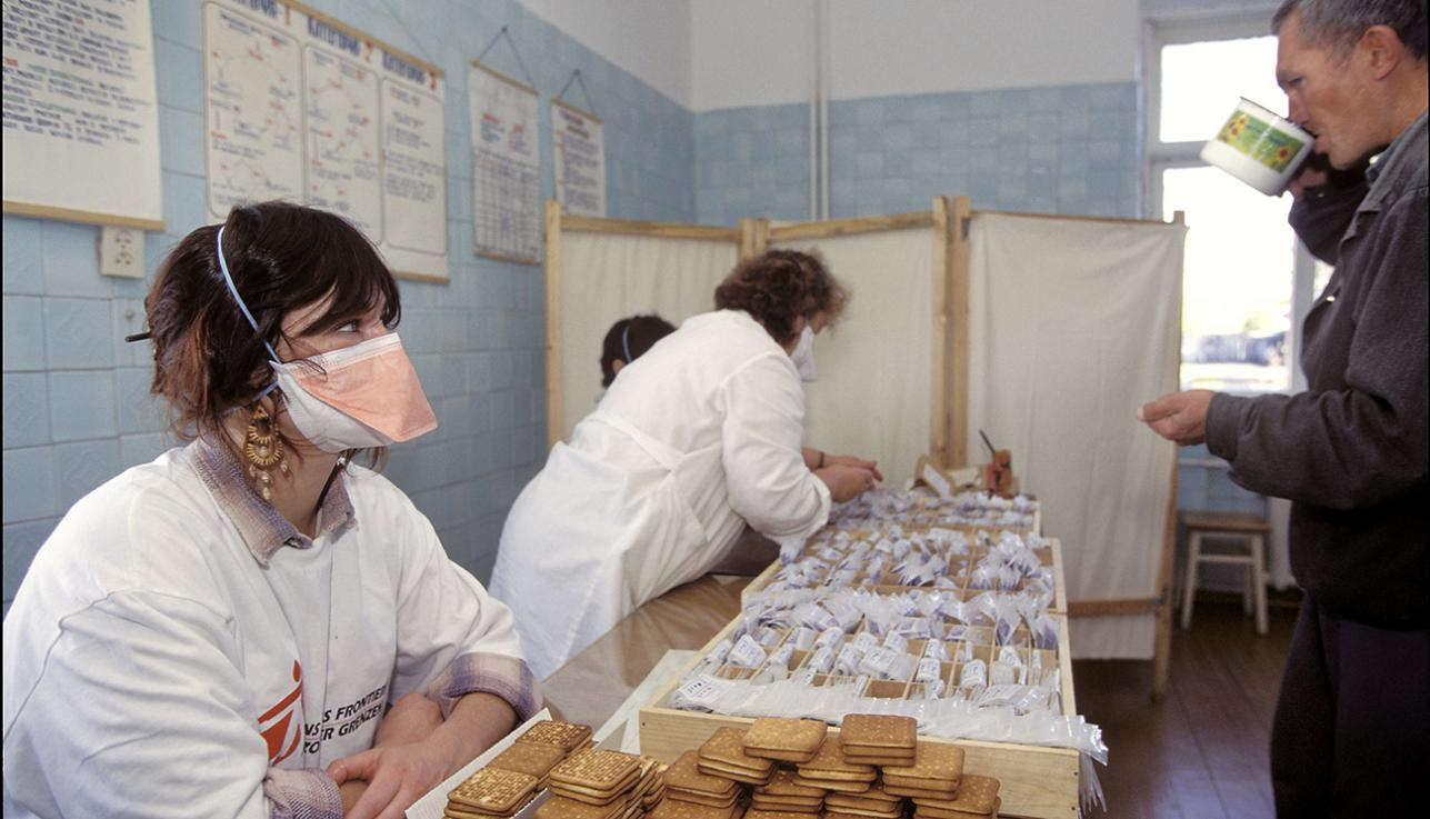 MSF staff distribute cookies to patients at a prison in Siberia