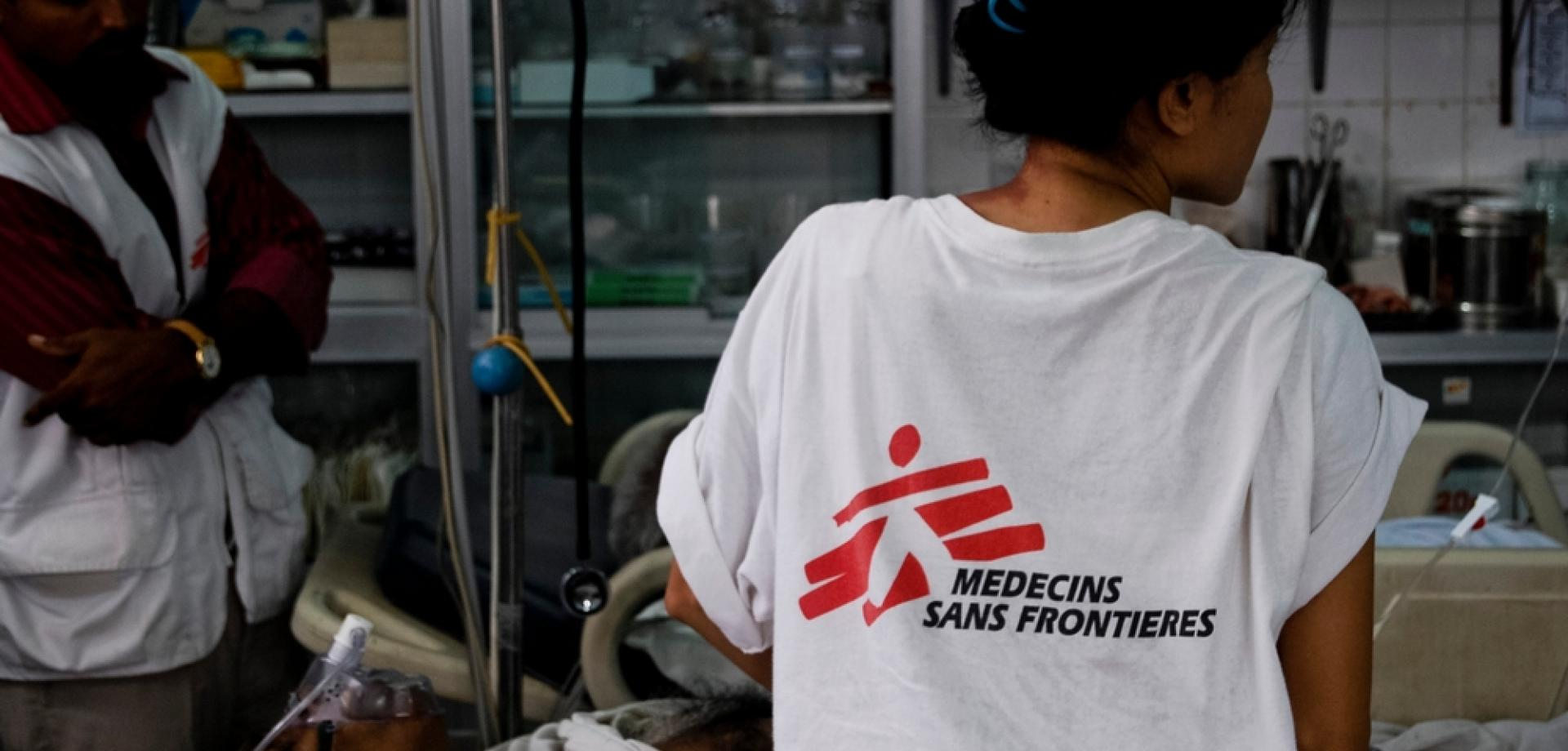 An MSF doctor works in the Emergency Unit of the Point Pedro Base Hospital, Sri Lanka, 2010