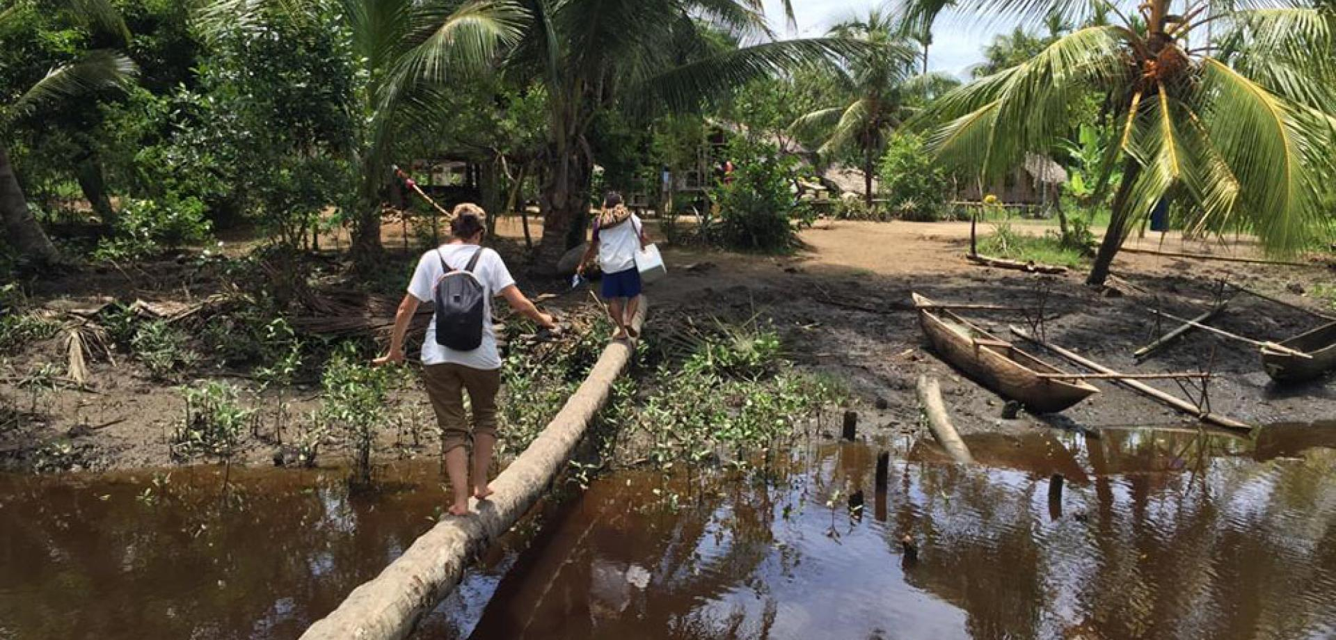 MSF team cross river to reach tuberculosis patients in Papua New Guinea