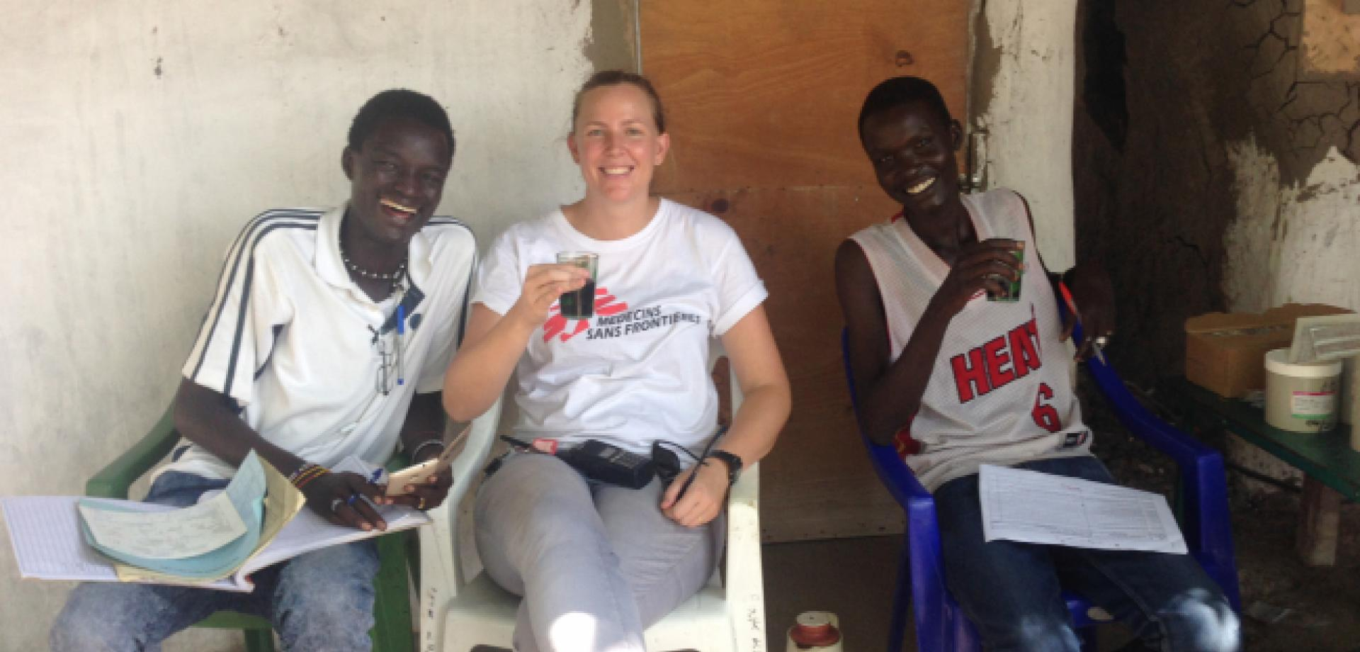Tessa Thadiens drinks tea with MSF colleagues